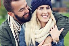 Jeunes couples étreignant dans la ville Photos stock