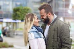 Jeunes couples étreignant dans la ville Photo libre de droits