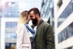 Jeunes couples étreignant dans la ville Photographie stock