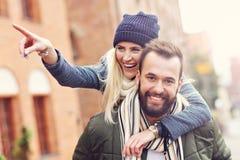 Jeunes couples étreignant dans la ville Images stock