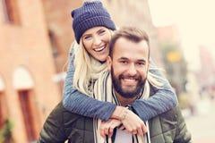 Jeunes couples étreignant dans la ville Photos libres de droits