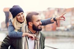 Jeunes couples étreignant dans la ville Photographie stock libre de droits
