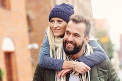 Jeunes couples étreignant dans la ville Photo stock