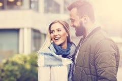 Jeunes couples étreignant dans la ville Image stock