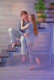 Jeunes couples étreignant - effet d'instagram Photographie stock libre de droits