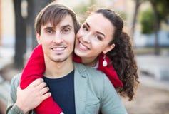 Jeunes couples étreignant en parc Images stock