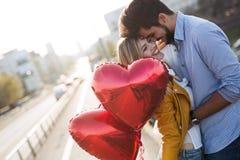 Jeunes couples étreignant la datation et baisers extérieurs Image libre de droits