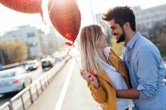 Jeunes couples étreignant la datation et baisers extérieurs Photographie stock libre de droits