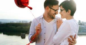 Jeunes couples étreignant la datation et baisers extérieurs Photographie stock