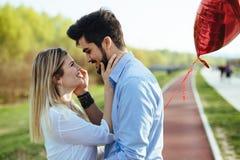 Jeunes couples étreignant la datation et baisers extérieurs Photo stock