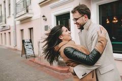 Jeunes couples étreignant sur la rue de ville en hiver Photos libres de droits