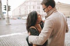 Jeunes couples étreignant sur la rue de ville en hiver Image libre de droits