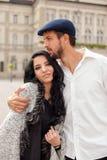 Jeunes couples étreints sur la rue Photos libres de droits
