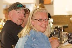 Jeunes couples aînés au restaurant Images libres de droits