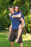 Jeunes couples actifs images stock
