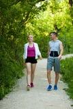 Jeunes couples actifs sur un wlak en parc images libres de droits