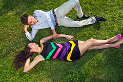 Jeunes couples adolescents affectueux une date Photographie stock