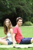 Jeunes couples adolescents appréciant le soleil Images stock