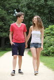 Jeunes couples adolescents attrayants marchant  Photographie stock