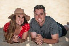 Jeunes couples adolescents décontractés à la plage Photos stock