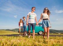 Jeunes couples adolescents dans l'amour dehors contre le ciel bleu Photographie stock