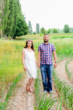 Jeunes couples adultes affectueux heureux passant le temps sur le champ le jour ensoleillé Photo stock