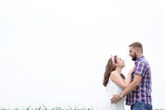 Jeunes couples adultes affectueux heureux passant le temps sur le champ le jour ensoleillé Images libres de droits