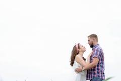 Jeunes couples adultes affectueux heureux passant le temps sur le champ le jour ensoleillé Photographie stock