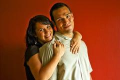 Jeunes couples adultes dans étreindre d'amour Image libre de droits