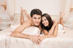 Jeunes couples adultes dans la chambre à coucher photo libre de droits