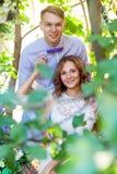 Jeunes couples adultes de bonheur marchant dans les bois Image libre de droits