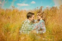 Jeunes couples adultes heureux dans l'amour sur le champ Deux, homme et wom Photo stock