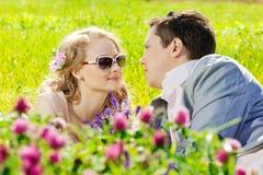 Jeunes couples adultes heureux dans l'amour sur le champ Deux, homme et wom Photographie stock libre de droits