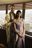 Jeunes couples adultes par Windows élevé Images stock