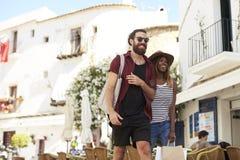 Jeunes couples adultes sur des achats de vacances, Ibiza, Espagne Photo libre de droits