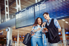 Jeunes couples affectueux étreignant dans le terminal d'aéroport Photos libres de droits