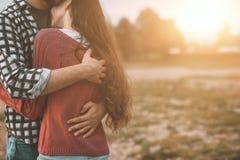 Jeunes couples affectueux étreignant dehors photos stock