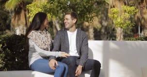 Jeunes couples affectueux appréciant une causerie tranquille Photos stock