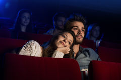 Jeunes couples affectueux au cinéma Photographie stock