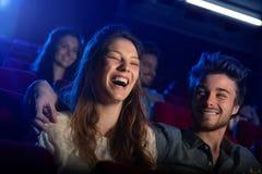 Jeunes couples affectueux au cinéma images libres de droits