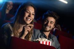 Jeunes couples affectueux au cinéma Photos stock