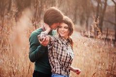 Jeunes couples affectueux ayant l'amusement sur la promenade dans le domaine de pays Photos stock