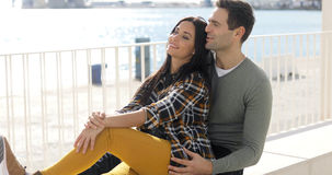 Jeunes couples affectueux détendant au bord de mer Photos stock