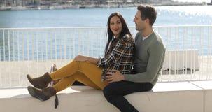 Jeunes couples affectueux détendant au bord de mer Images libres de droits