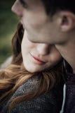 Jeunes couples affectueux détendant sur l'herbe images stock