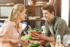 Jeunes couples affectueux dînant image stock