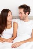 Jeunes couples affectueux dans l'amour Image libre de droits