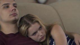 Jeunes couples affectueux dans la chambre à coucher banque de vidéos