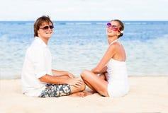 Jeunes couples affectueux dans le blanc sur la plage tropicale. Photographie stock libre de droits