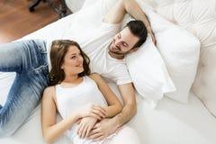 Jeunes couples affectueux dans le lit Photo libre de droits